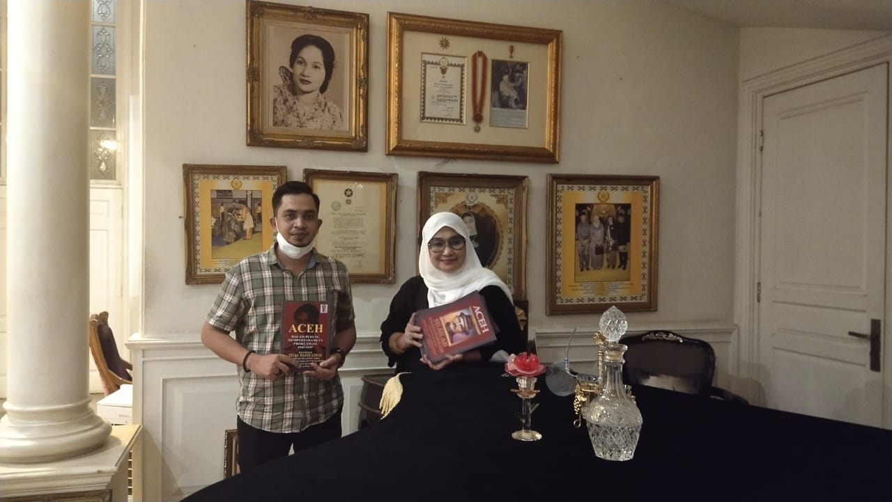 Syeh Zoel bersama Pocut Haslinda puteri Teuku Hamid Hamzah