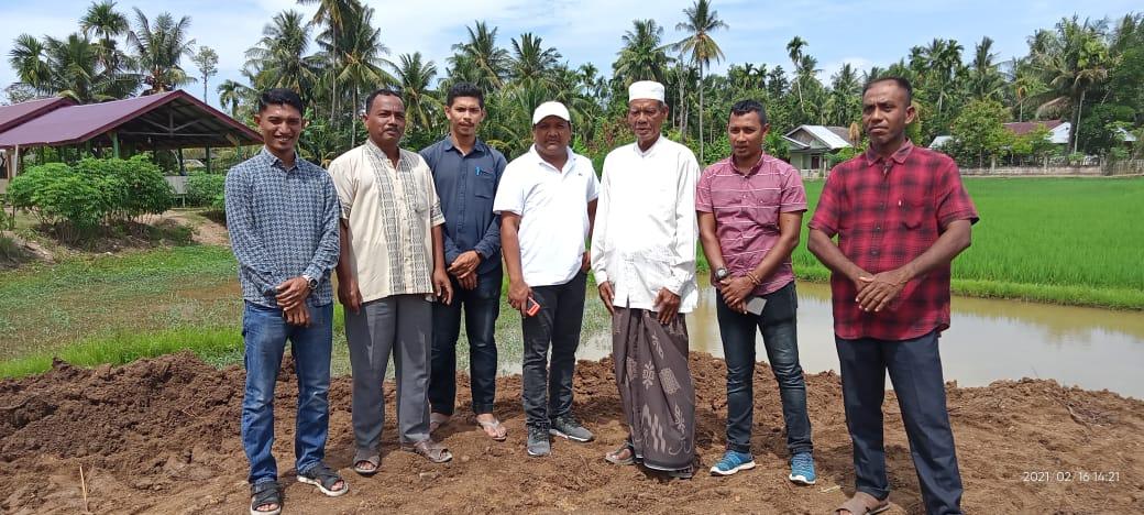 H Mukhlis A.Md bersama Tgk H M Yusuf Ali atau lebih dikenal Abon Cot Puuk, di lokasi penimbunan pertapakan Bilik Santri Dayah Darussa'adah