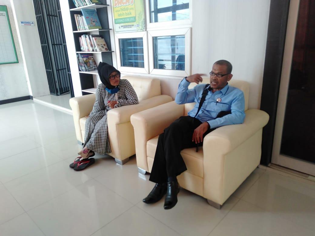 PK Bapas Lhokseumawe, Drs Bukhari saat berada di ruang tunggu Mahkamah Syar'iah Lhoksukon